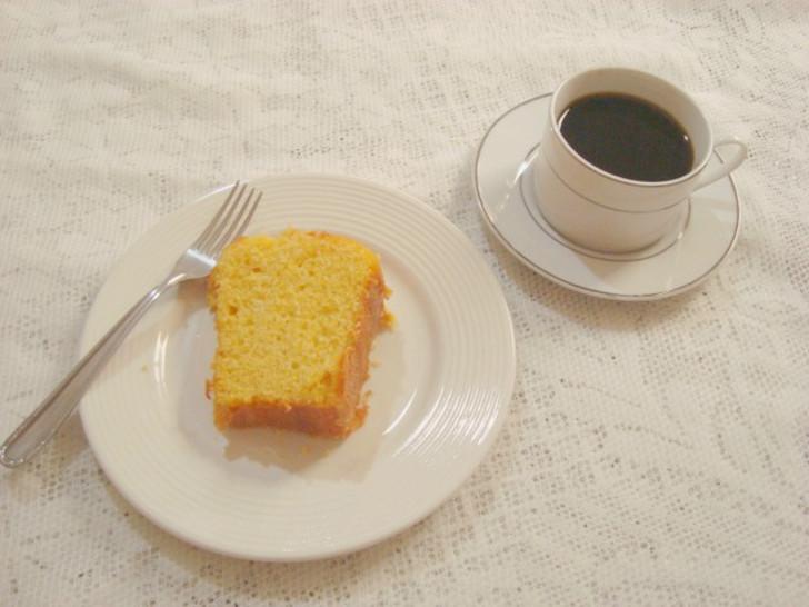 pedaço de Bolo de fubá com café