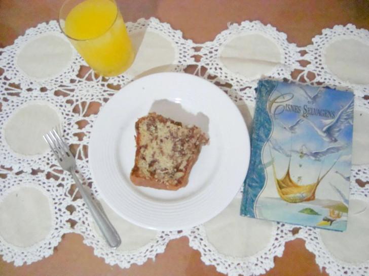 pedaço de Bolo formigueiro e capa do livro Cisnes Selvagens