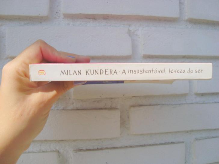 lombada do  livro A insustentável leveza do ser de Milan Kundera