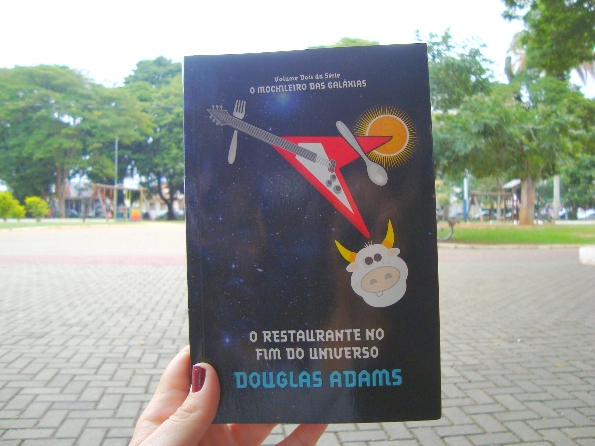 Capa do livro O restaurante no fim do universo da série O Guia do Mochileiro das Galáxias