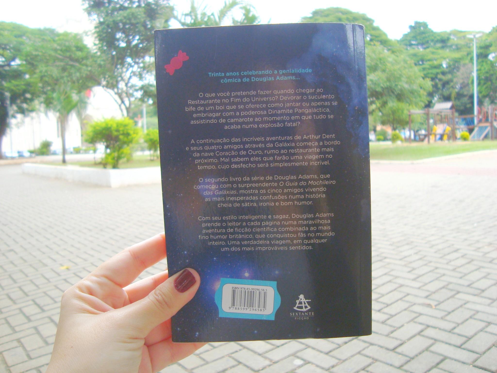 Contra capa do livro O restaurante no fim do universo da série O Guia do Mochileiro das Galáxias