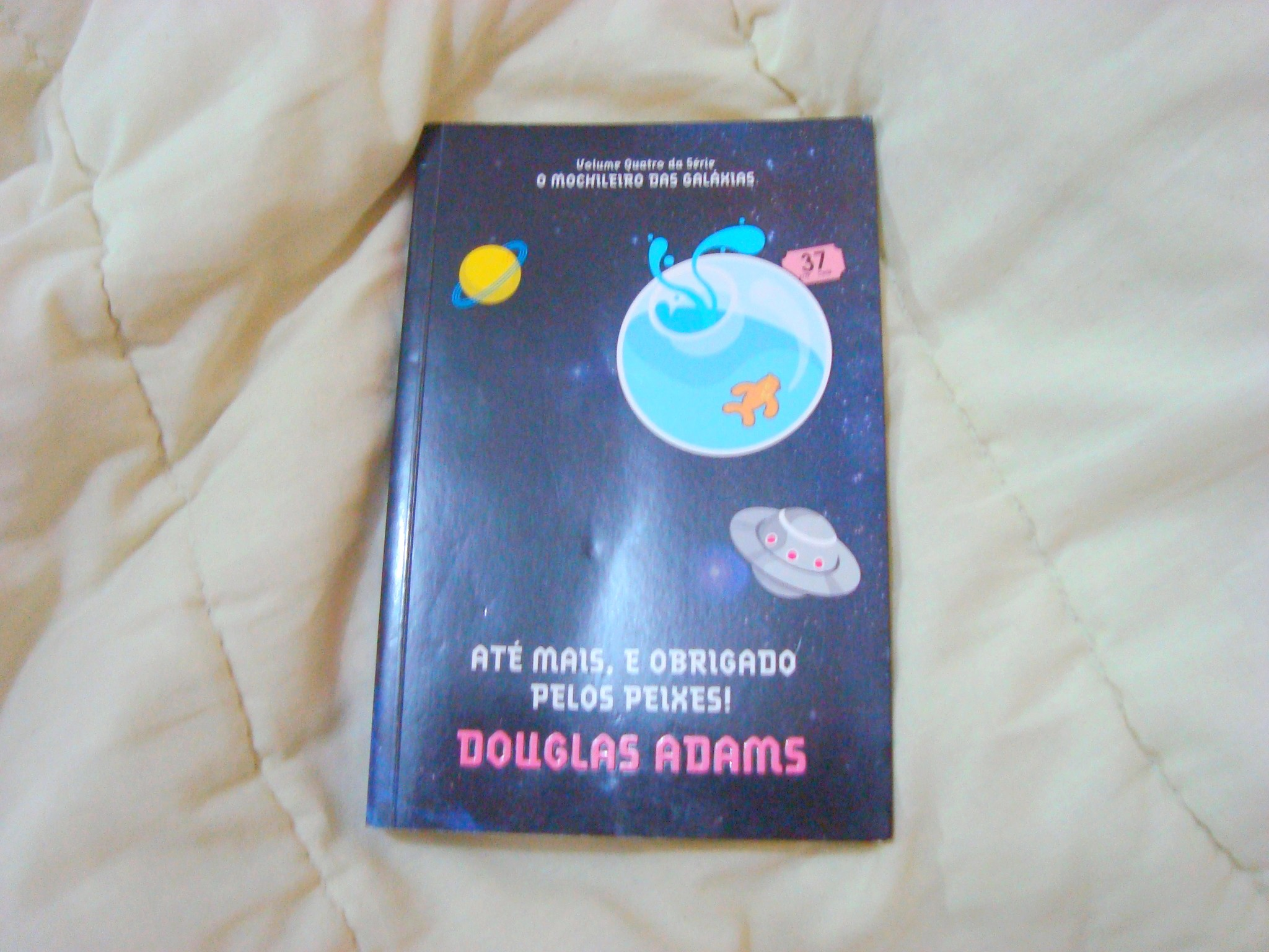 Capa do livro Até mais, e obrigado pelos peixes, da série o guia do mochileiro das galáxias