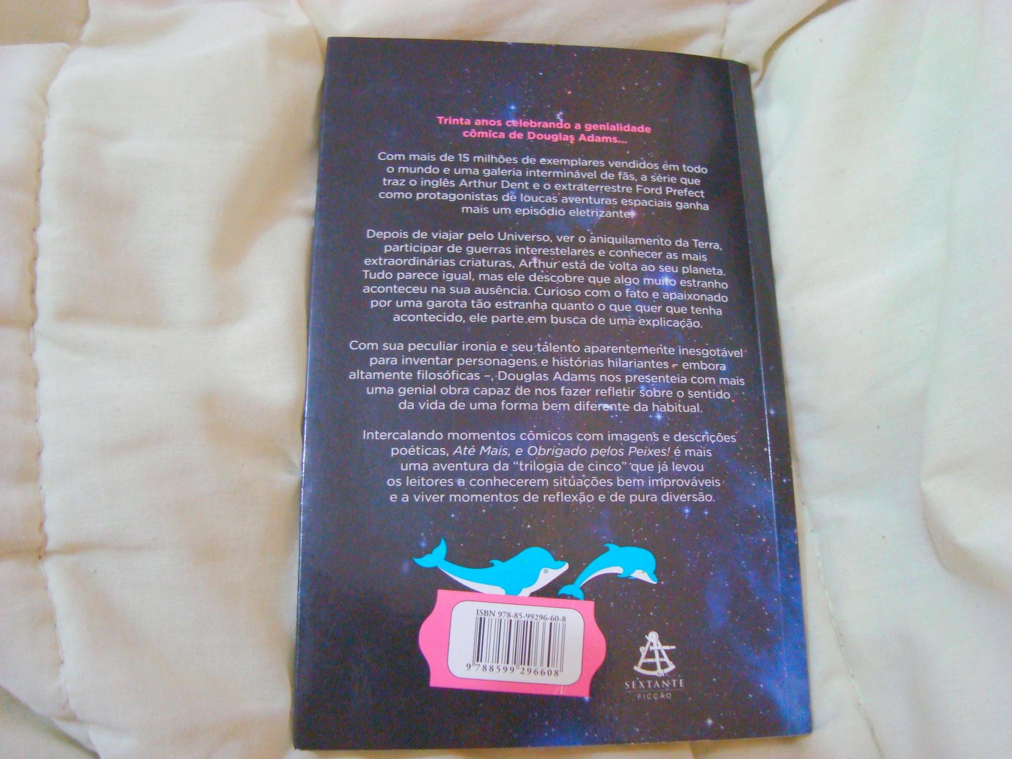 Contra capa do livro Até mais, e obrigado pelos peixes, da série o guia do mochileiro das galáxias