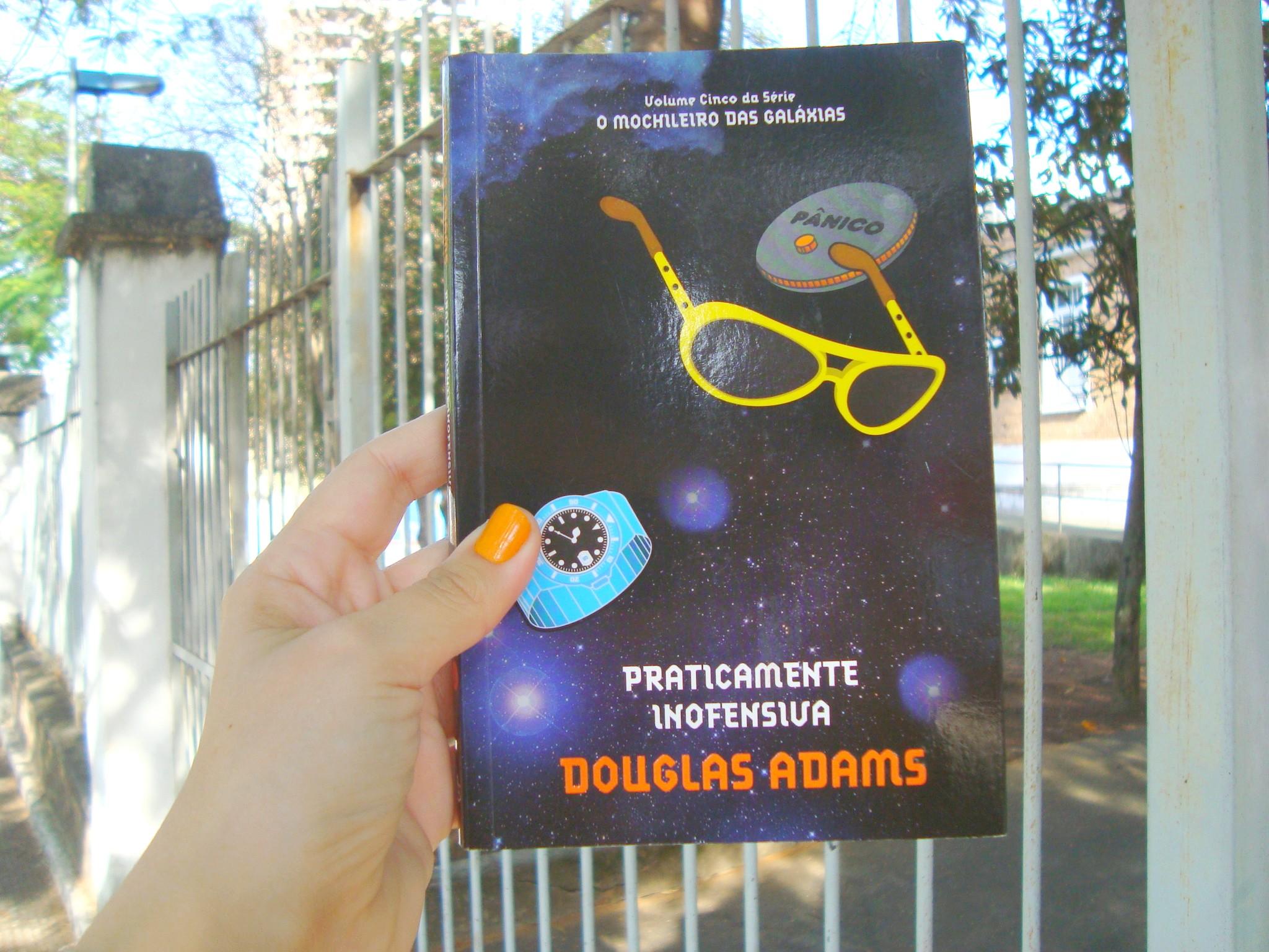 Capa do livro Praticamente inofensiva da série O Guia do Mochileiro das Galáxias