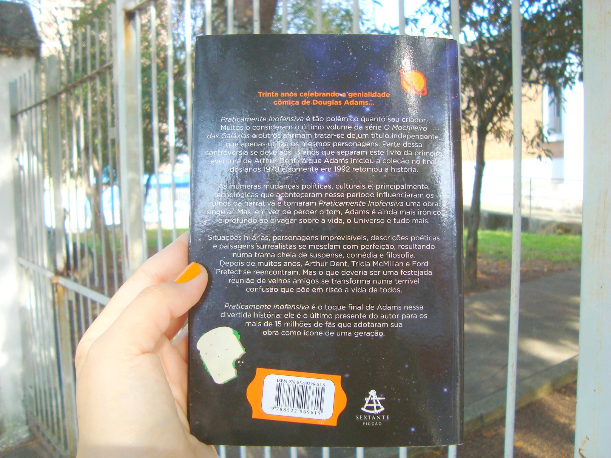 Contra Capa do livro Praticamente inofensiva da série O Guia do Mochileiro das Galáxias