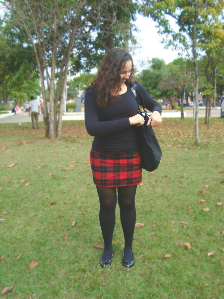 saia xadrez, camiseta preta, meia calça preta e sapatinha preta