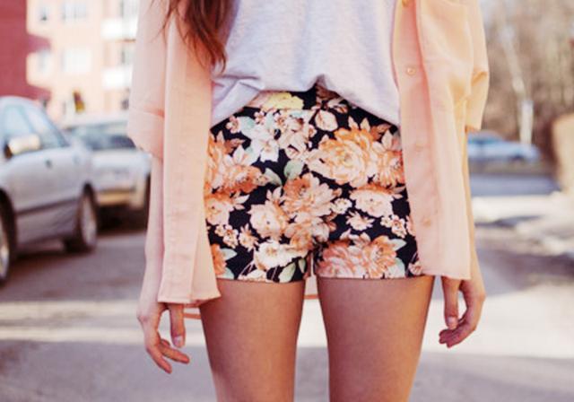 Shorts florido com camisa nude