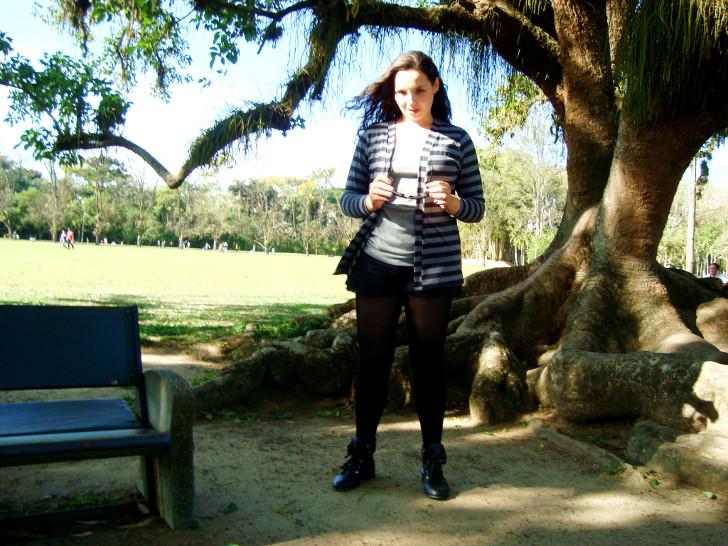 meia calça preta com shorts preto, cardigã listrado e blusa cinza