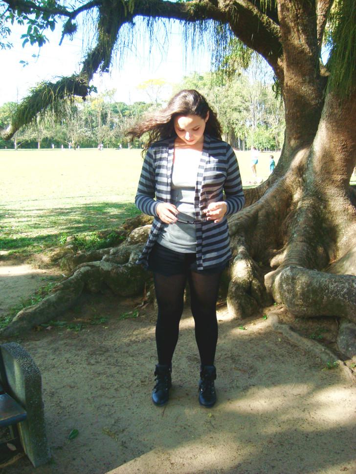 meia calça com shorts, cardigã listrado e blusa básica cinza