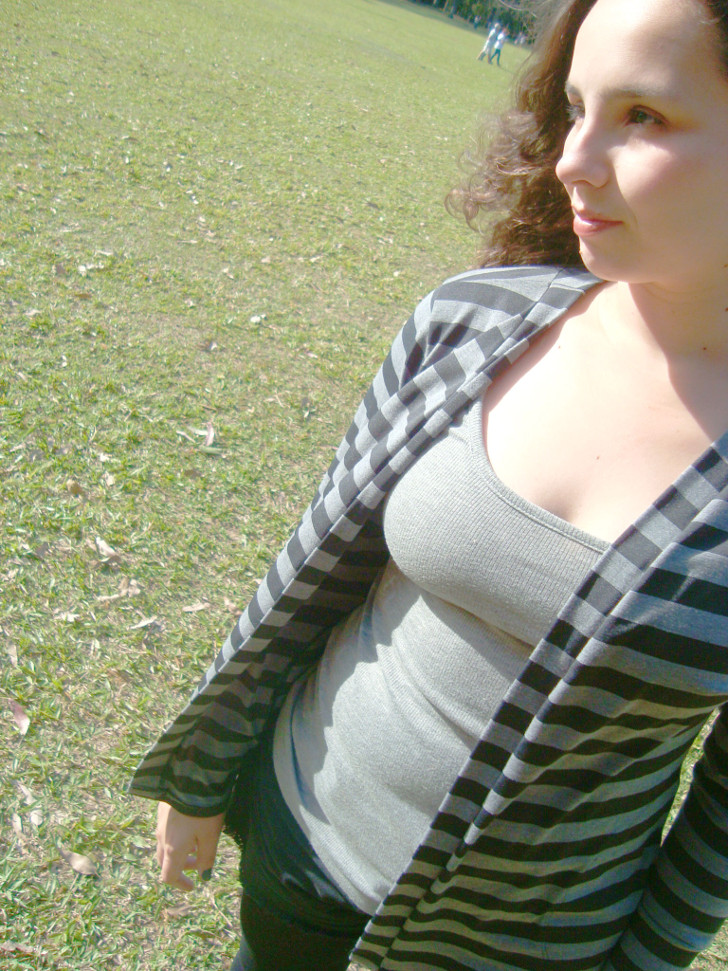 Cardigã listrado com blusa cinza básica