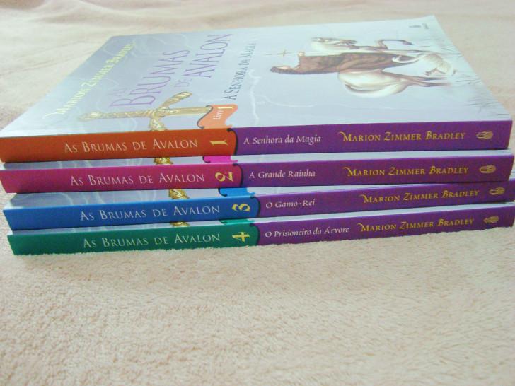 Lombada e capa dos livros As Brumas de Avalon