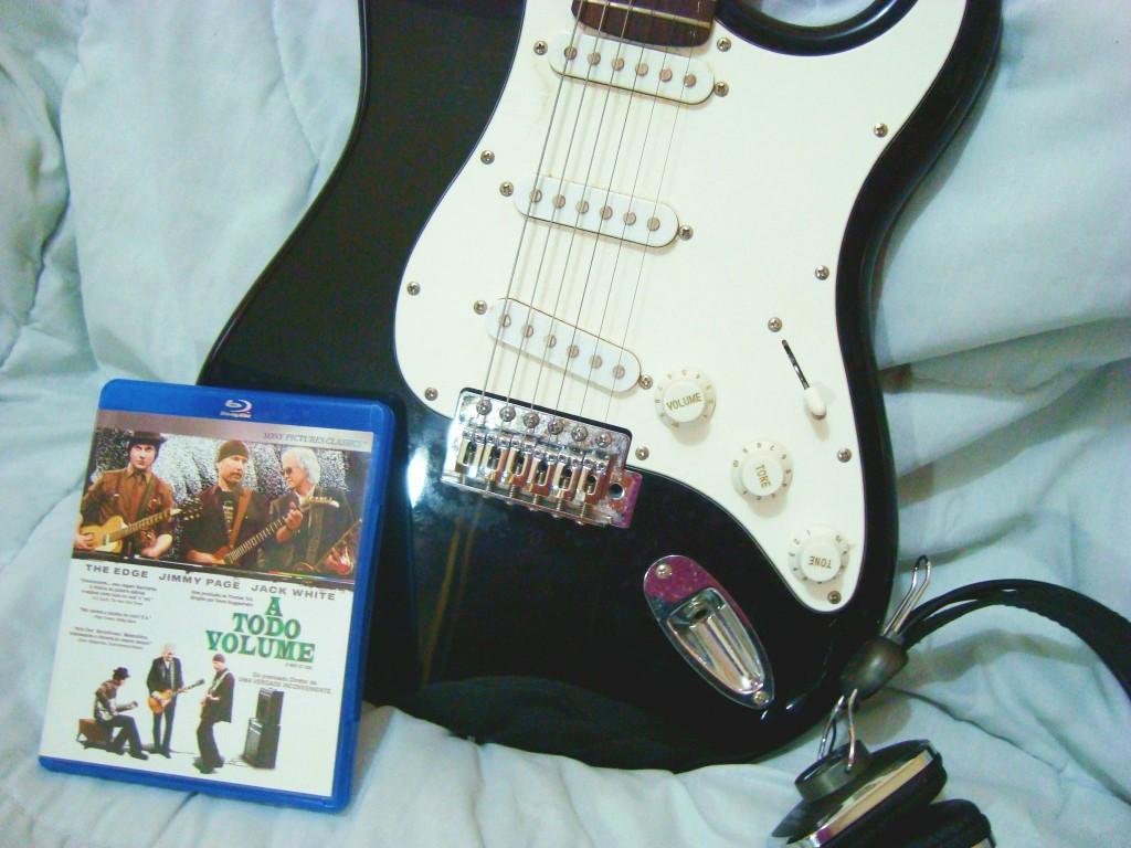 """Quem concorda comigo que a guitarra é o instrumento mais popular ou pelo menos o que atrai mais fãs e admiradores? Pois o diretor Davis Guggenheim resolveu reunir três dos maiores nomes da guitarra mundial para fazer um documentário.  O filme """"It might get loud"""" lançado no Brasil com o título de """"A todo volume"""" é um documentário que mostra a relação de três grandes músicos com a guitarra, que são: Jimmy Page (Led Zeppelin), The Edge (U2) e Jack White (White Stripes).  Logo no começo do filme já podemos ver Jack White construindo uma guitarra usando um pedaço de madeira, garrafa e corda.  O documentário mostra como surgiu o interesse de cada um pelo instrumento e até como foi desenvolvida suas habilidades e estilos únicos de tocar, mostrando quais foram suas primeiras guitarras, como se tornaram profissionais e algumas lembranças.  Claro que o filme também conta com trechos de shows para que todo fã possa se deliciar.  E guitarra stratocaster"""
