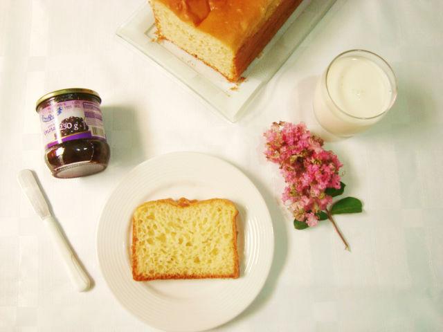flores, leite, geleia de amora e pão de forma caseiro