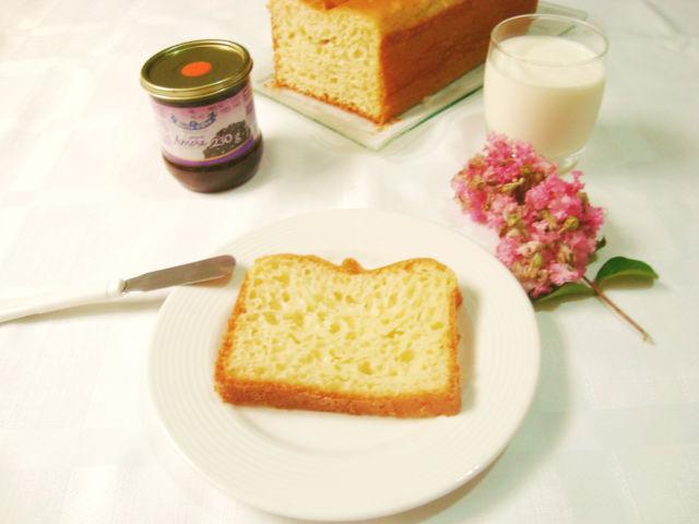 flores, geleia de amora e pão de forma caseiro