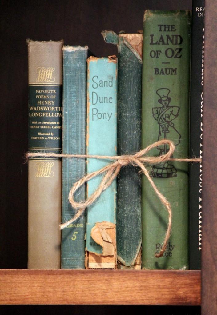 livros amarrados com corda