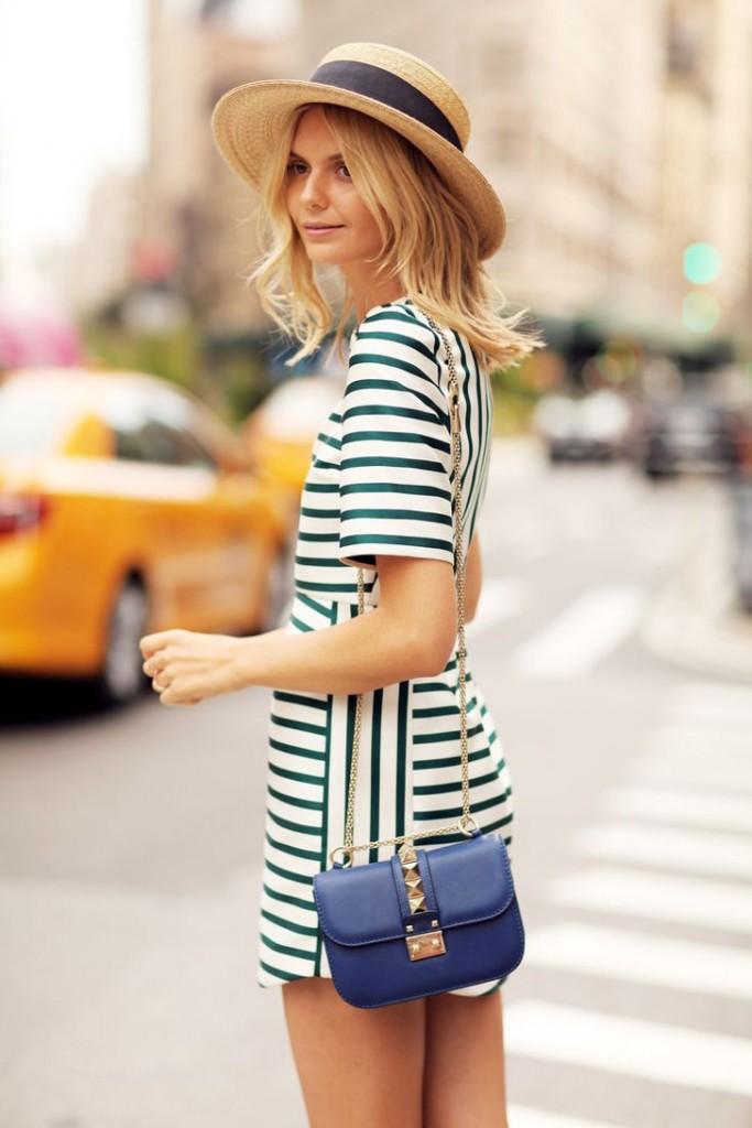 vestido listrado, mini bag e chapeu
