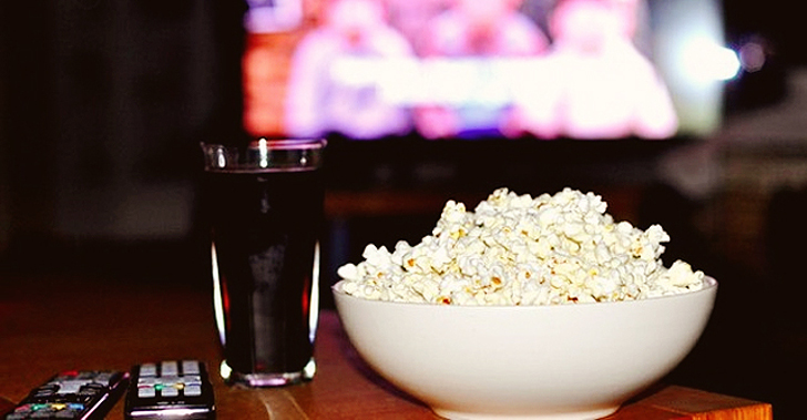 sessão de cinema em casa com pipoca e brigadeiro