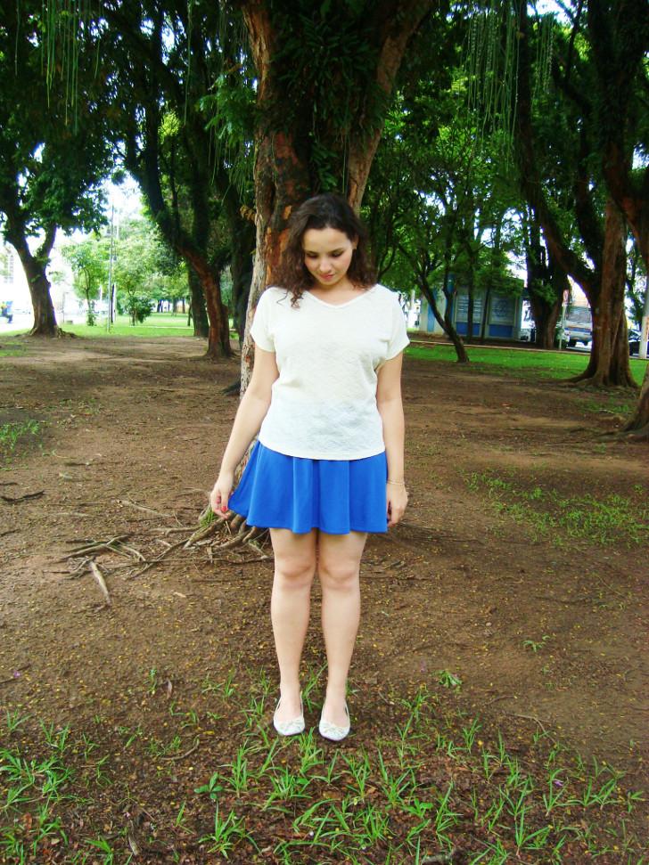 look: saia azul e blusa bege