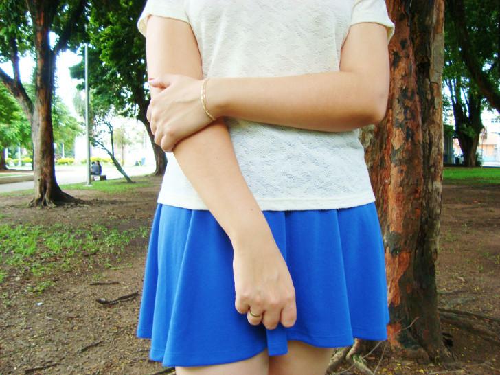 look saia azul e blusa bege