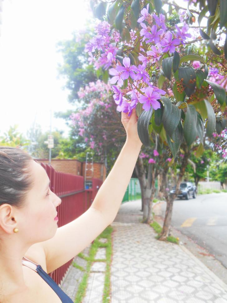 pegando flores