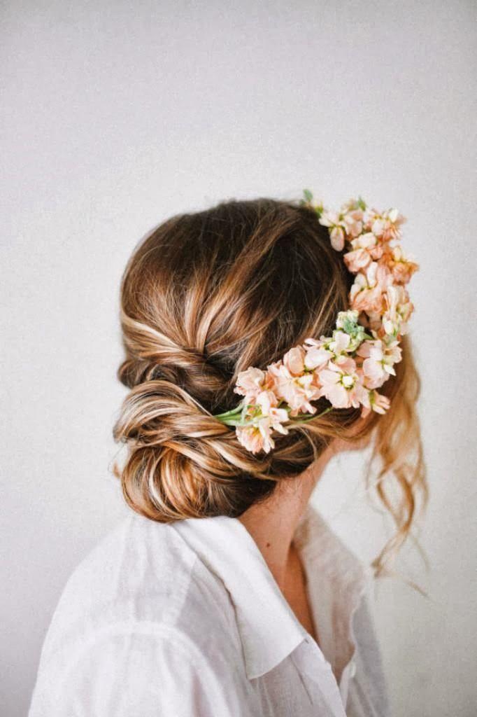 coroa de flores e penteado para noiva
