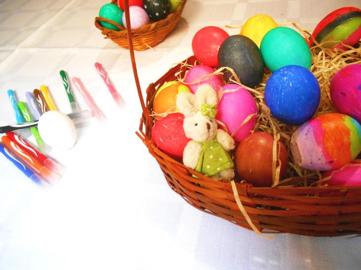 cestas de ovos coloridos de páscoa