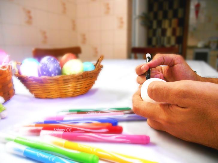 Namorado colorindo ovos