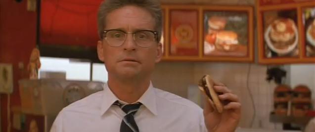 Homem nervoso segurando hambúrguer de uma rede de fast food