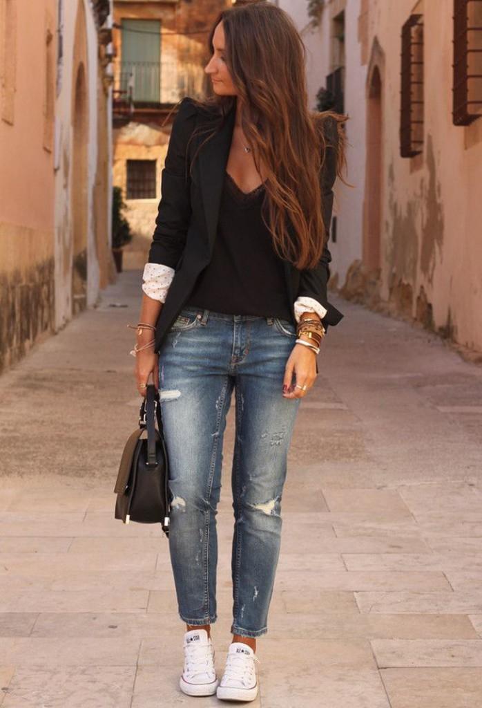 look despojado: jeans, blazer e tênis