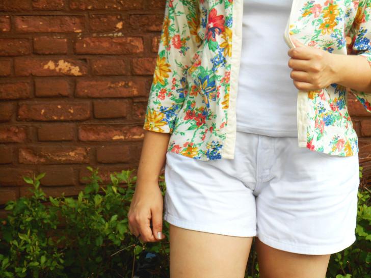 shorts branco e kimono floral