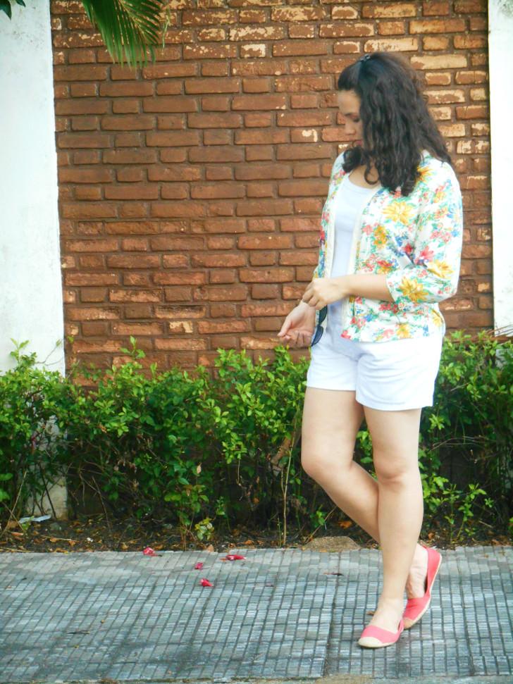 shorts branco, kimono florido e mocassim via mia