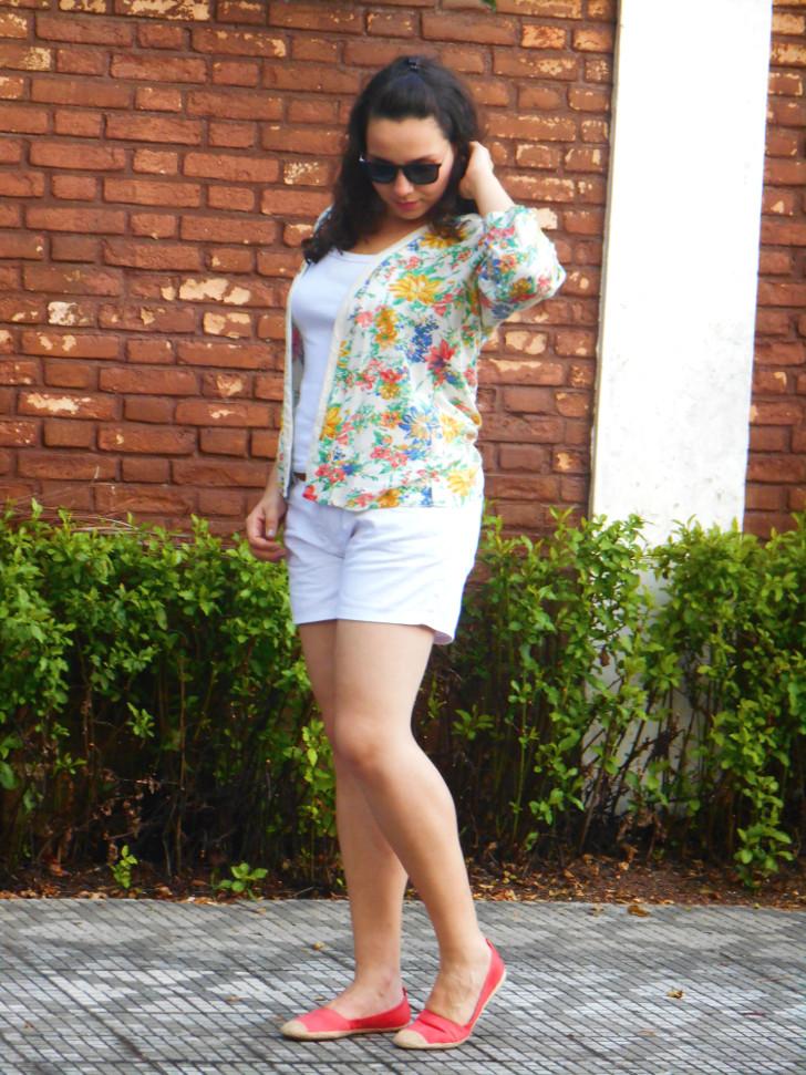 kimono floral, shorts e sapatilha