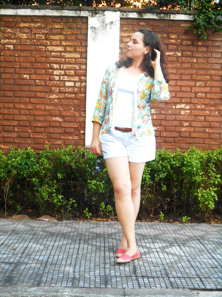 shorts branco, kimono floral e sapatilha rosa
