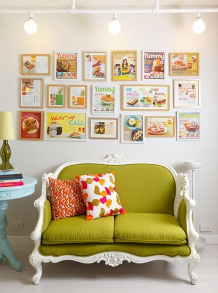 decoração com quadrinhos e sofá verde clássico