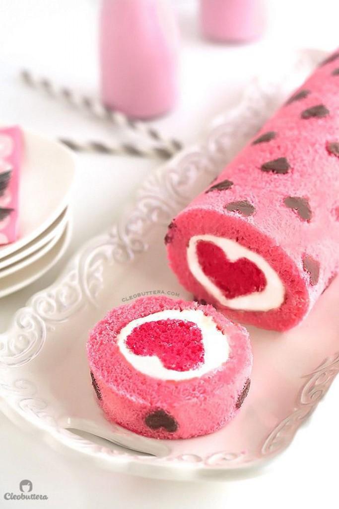 rocambole rosa, decorado com corações