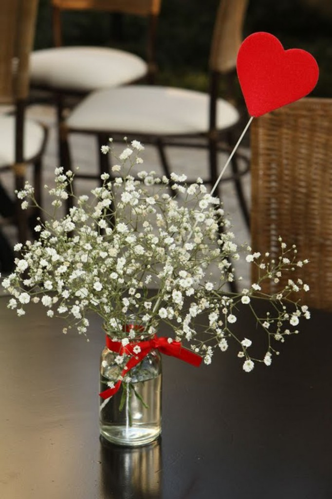 vaso com flores brancas romântico