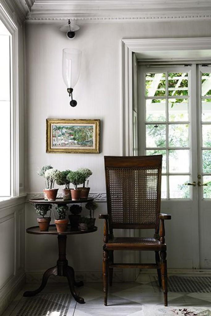 cadeira rustica em ambiente moderno