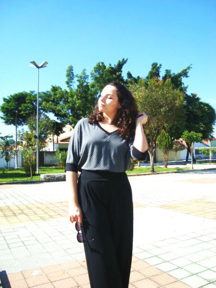 calça pantalona preta e blusa cinza de bolinhas