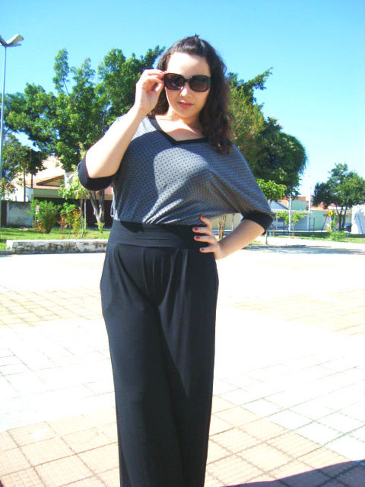 calça pantalona preta e blusa cinza de poa