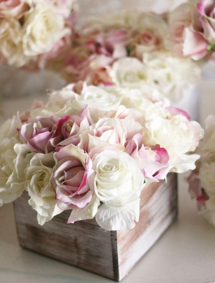arranjo de madeira com rosas brancas e rosas