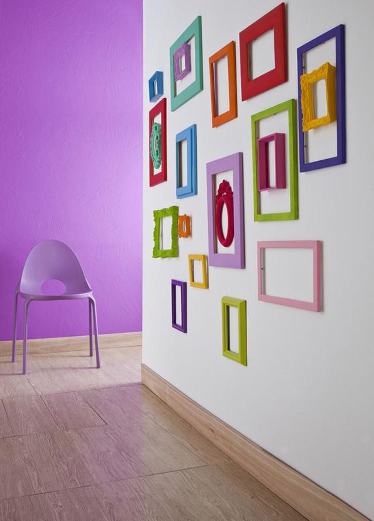 parede decorada com molduras