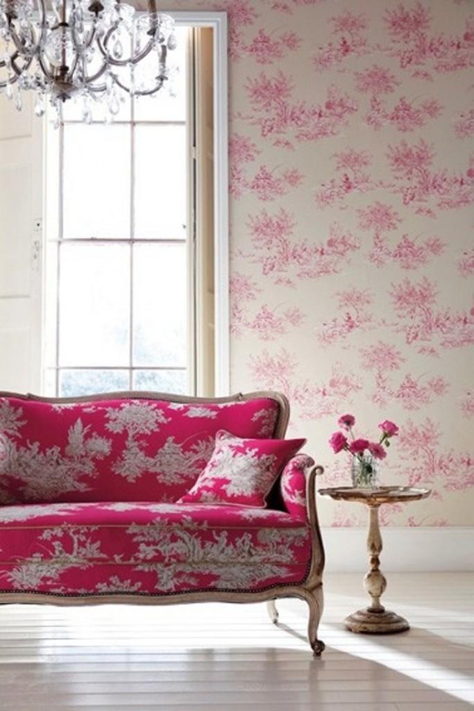 decoração: sofá rosa e papel de parede florido