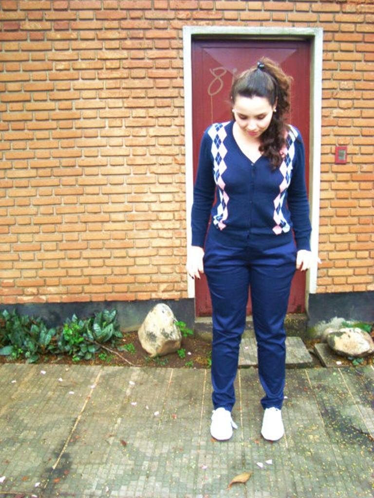 Suéter de botão com losango e calça de brim