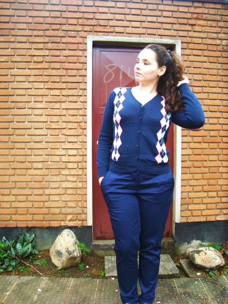 look azul marinho com suéter de botão e tênis branco