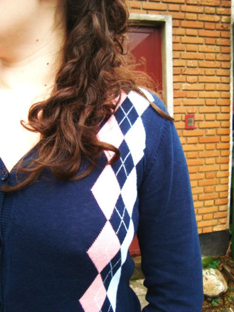 suéter com botão e losango