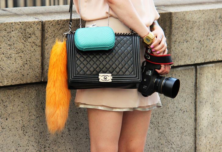 trend alert: duas bolsas juntas no mesmo look