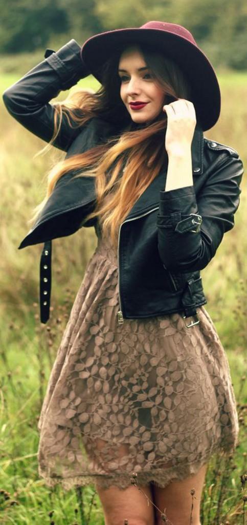 look: vestido de renda, chapéu e jaqueta de couro