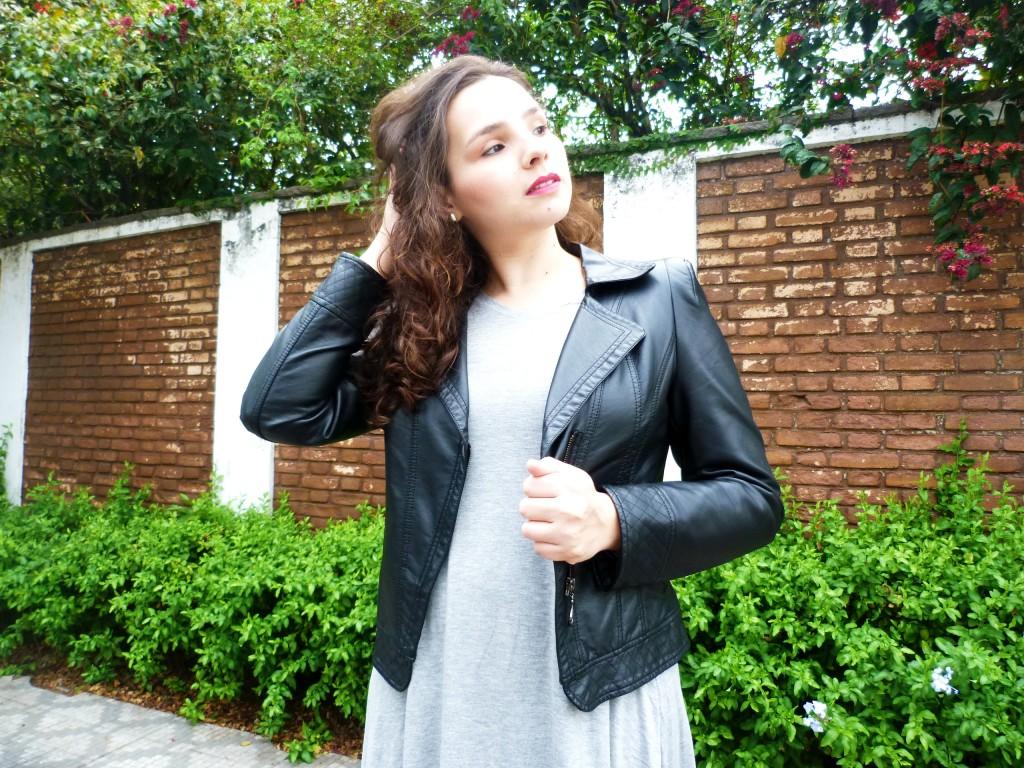 look com vestido cinza e jaqueta de couro