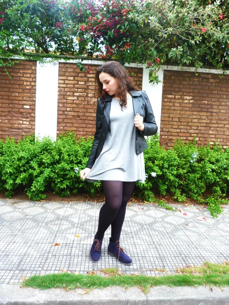 look: meia calça preta, vestido e jaqueta de couro