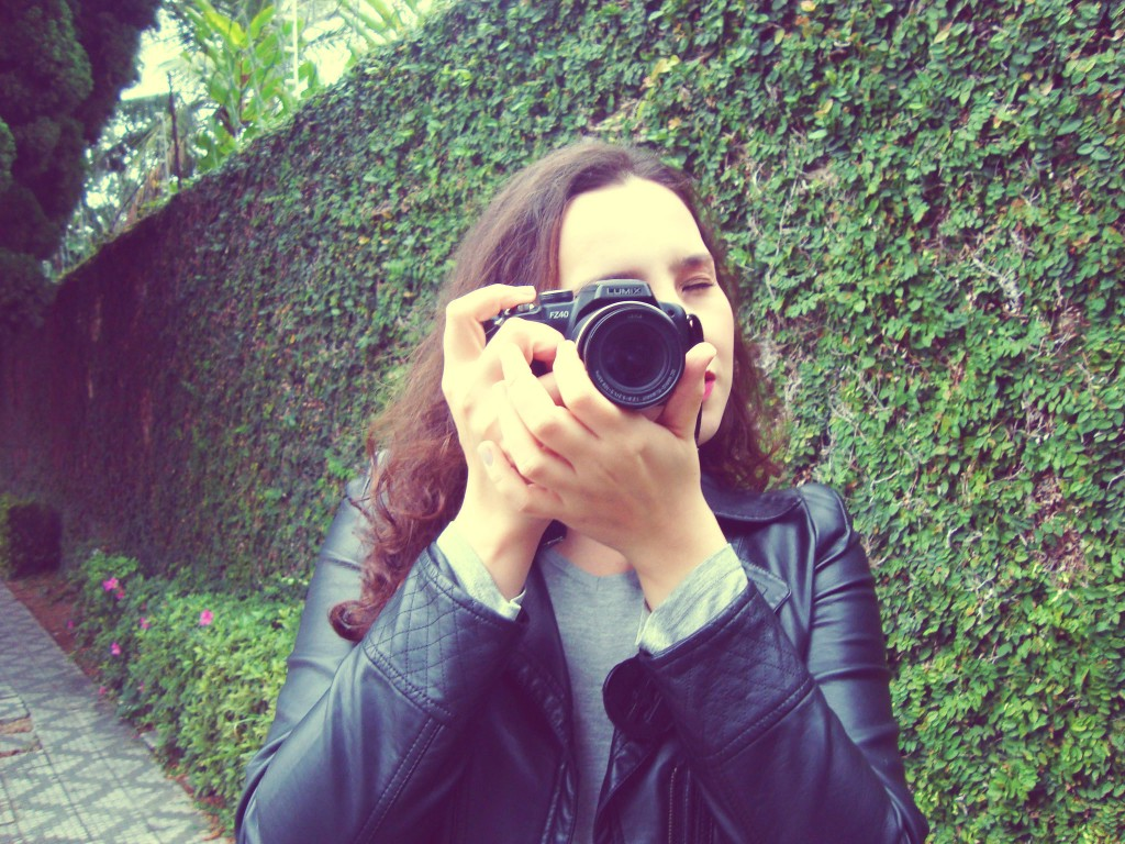 jaqueta de couro, câmera semi profissional panasonic, look